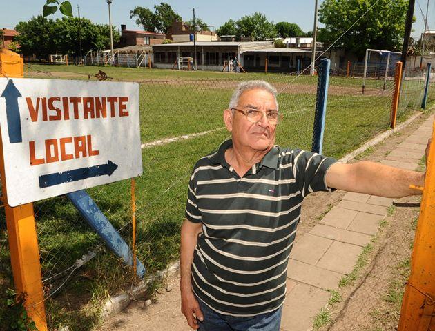 Juan Carlos buscó a los chicos casa por casa para formar una escuelita de fútbol en la zona oeste.