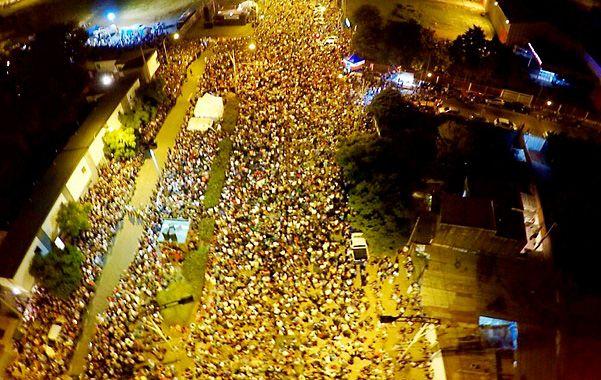 Desde el aire. La multitud colma la avenida Camino de los Granaderos