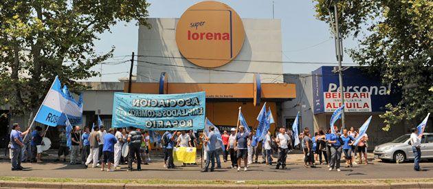 Los trabajadores de Lorena frente a una de las sucursales de la cadena de supermercados.
