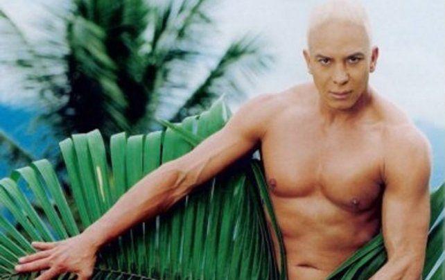 Flavio Mendoza protagoniza un apasionado beso con otro hombre en un video musical