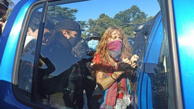 Una mujer es detenida en la zona del Monumento a la Bandera por negarse a cumplir con las medidas sanitarias.