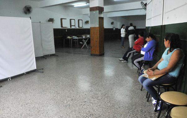 Pacientes esperaban ayer en el hall del Club Olímpico que llegara su turno para ser atendidos por los médicos.