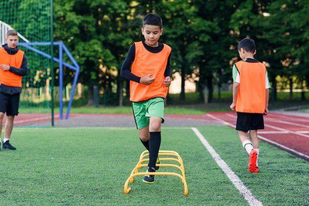 Control. Los clubes son lugares mucho más seguros que las plazas para la práctica deportiva de los pequeños.