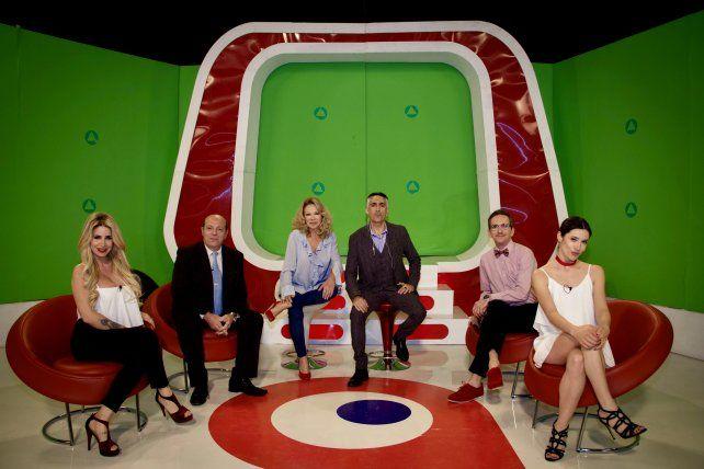 La película se centra en la competencia entre panelistas de un popular programa de TV.