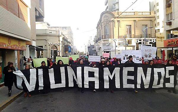 Protesta. La movilización convocada ayer a la tarde en el microcentro de Río Cuarto. La joven de 17 años se llama Melisa González.