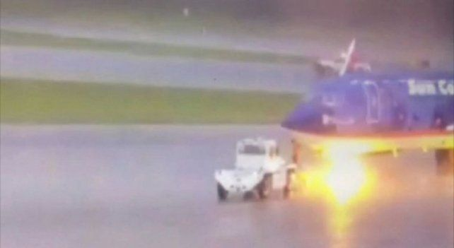 El dramático momento en que un operario de aeropuerto es alcanzado por un rayo