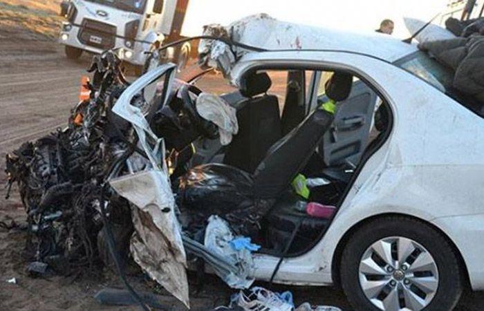 El vehículo en el que viajaban las víctimas fatales quedó totalmente destrozado. (Foto: gentileza Infobae)