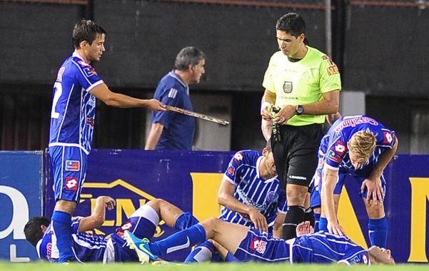 La prueba del delito. Rodríguez Giménez le entrega a Pablo Díaz la madera que impactó en la espalda de Grimi.