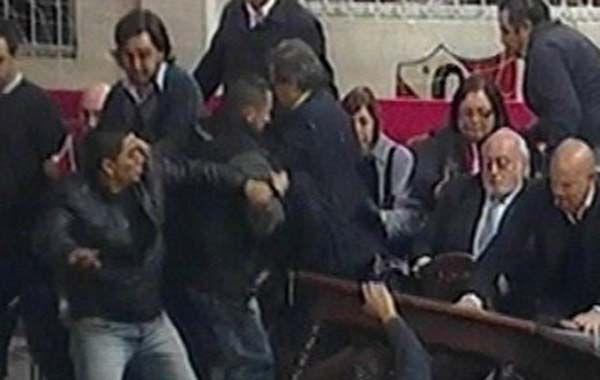 Barras irrumpieron en la asamblea y agredieron a la dirigencia del Rojo.