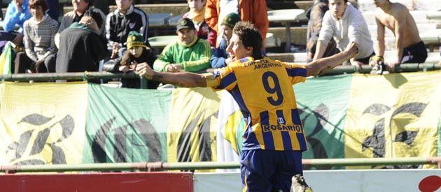 Letal. Castillejos le dio el triunfo al canalla ante Aldosivi tras sellar con su cabezazo el 2 a 1 cuando al partido le quedaba muy poco tiempo.