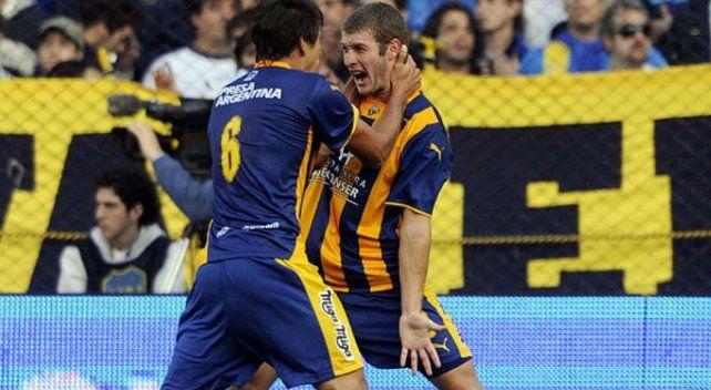 Gran estreno. Pocho León hizo su único gol en la A en Bombonera y lo festejó junto a Diego Braghieri.