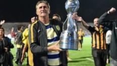 Bauza alza la Copa Argentina que ganó con Central en 2018. Fue campeón como jugador y DT.