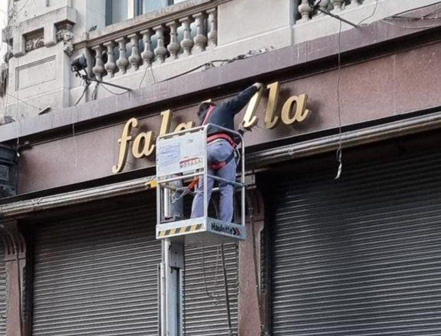 El adiós a los letreros de Falabella fue un acto simbólico de la agonía del centro rosarino.