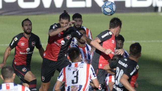 Manuel Guanini intenta en el área contraria. Otra vez no pudo cumplir una actuación satisfactoria ante un rival inferior.