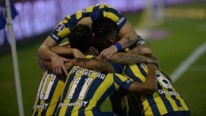 Todos unidos triunfaremos. Los jugadores canallas celebran el gol de la victoria, rodeando por supuesto a su autor: Emiliano Vecchio, otro vez el jugador distinto auriazul.