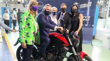 Alberto Fernández se subrió a una de las motos Corven que se fabrica en la planta de Venado Tuerto.
