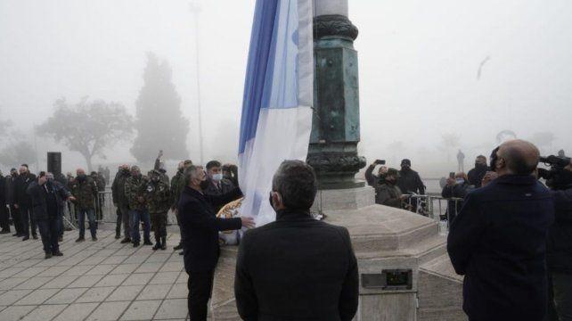 El intendente Javkin y el gobernador Perotti izaron la bandera. De fondo