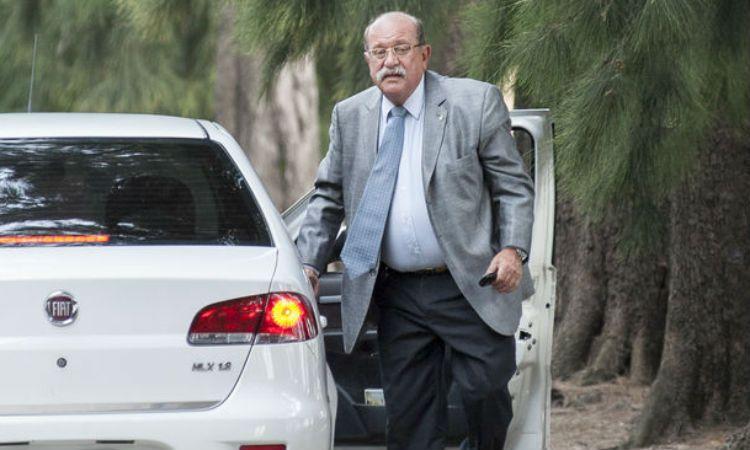 El fiscal Jorge Di Lello aguarda la llegada de Martín Lanatta a los Tribunales de Comodoro Py.