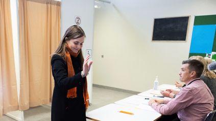 La primera ministra de Islandia, Katrin Jakobsdottir, al emitir su voto en las elecciones celebradas este sábado.