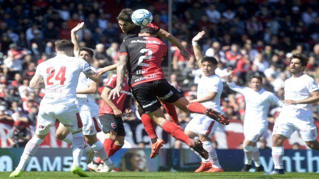 Cristian Lema es un defensor con juego aéreo en ataque.