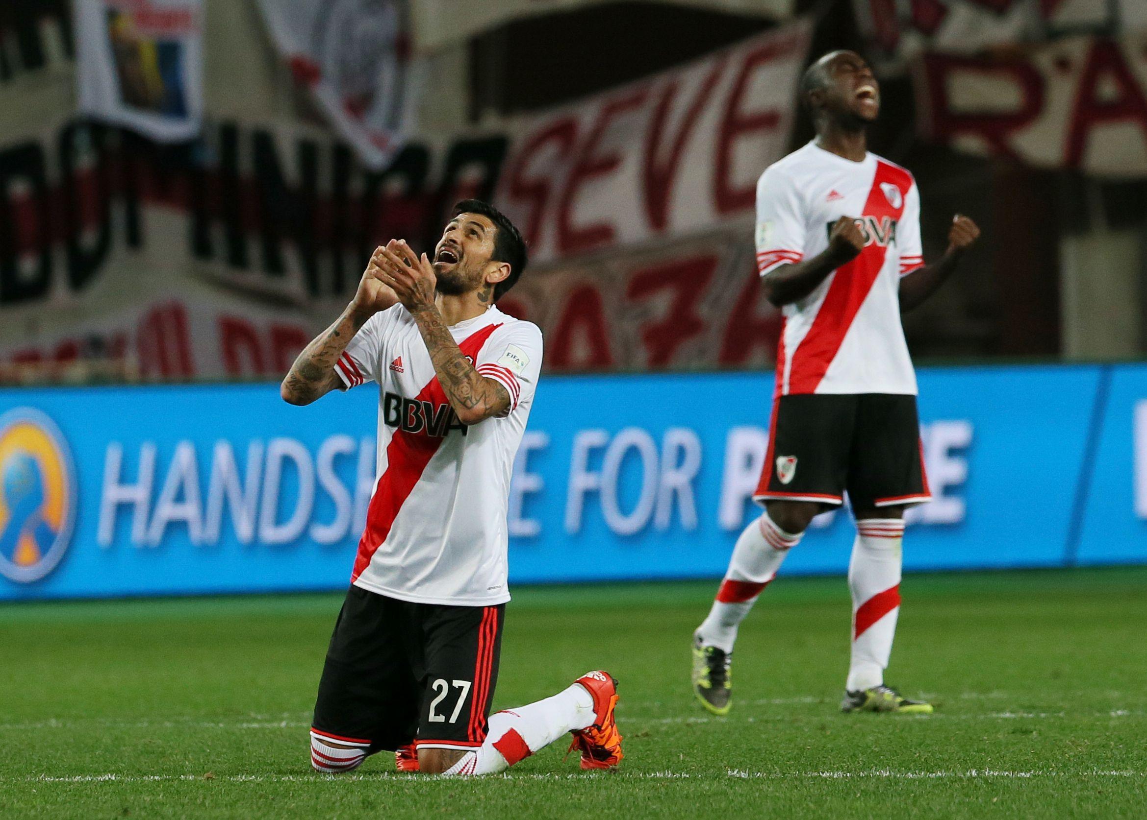 A la final. Lucho González y Eder Alvarez Balanta celebran la victoria ante los japoneses en el Nagai Stadium de Osaka.