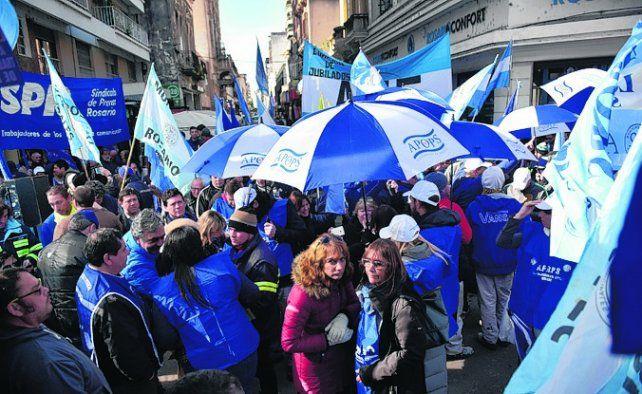 malestar. Manifestantes en Rioja y Sarmiento.