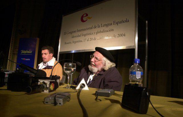Con Perico Pérez. El librero y editor rosarino publicó una antología de sus poemas.