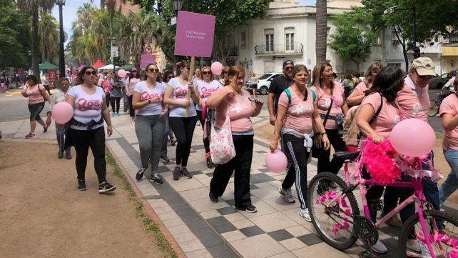 La caminata rosa copó la calle recreativa.