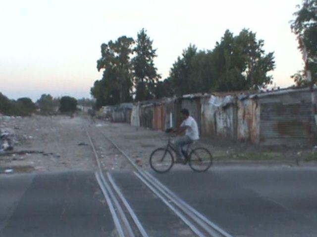 Afirman que la Municipalidad autorizó la instalación de casas humildes muy cerca de las vías