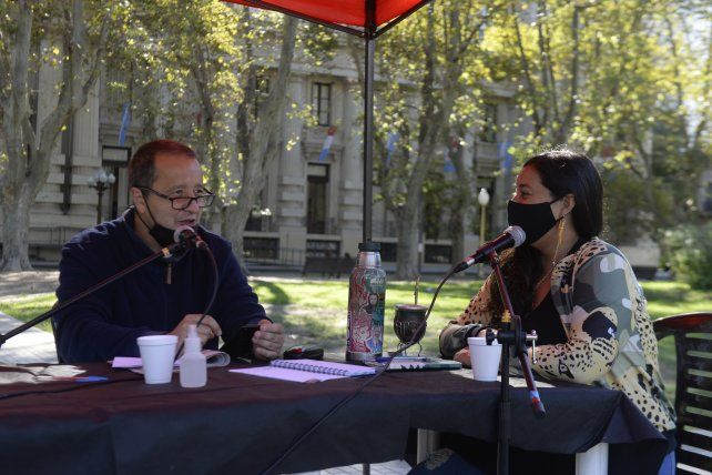 El diputado provincial Carlos del Frade y la concejala Luz Olazagoitía condujeron la radio abierta convocada por el Foro por la recuperación del Paraná.