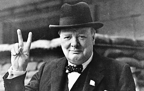 Característica. Churchill y su recordado gesto victorioso.