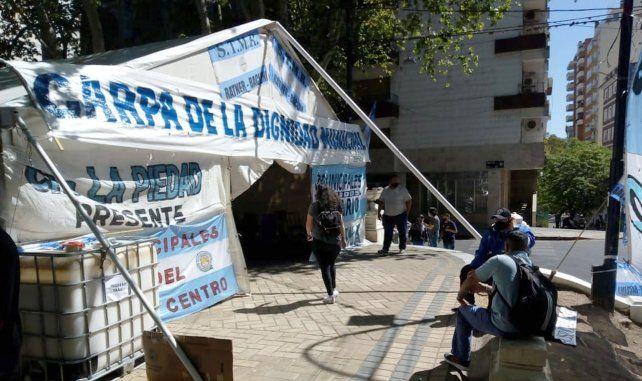 La Carpa de la Dignidad instalada por los trabajadores municipales para visibilizar su reclamo por una recomposición salarial.