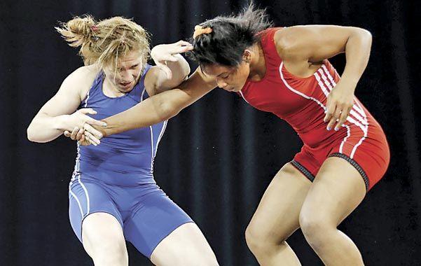 Agresiva. Luz Vázquez sujeta a la cubana Yudari Sánchez en la lucha en la que consiguió la medalla de bronce.