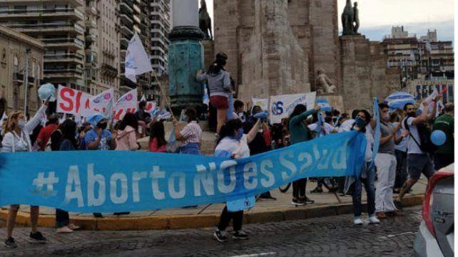 Los manifestantes celestes coparon el pie del Monumento para protestar contra el proyecto de aborto legal.