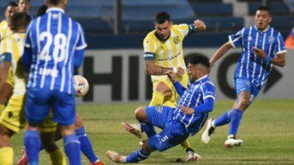 Debut. Caraglio, quien cumplió con la cuota goleadora en su vuelta a Central, saca un remate ante la marca de Acevedo.