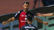 Scocco peinó una pelota enviada por Panchito González y marcó el único gol de la Lepra.