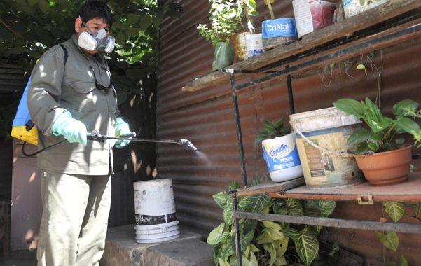Fumigación. Las cuadrillas continúan realizando bloqueos sanitarios. (Virginia Benedetto / La Capital)
