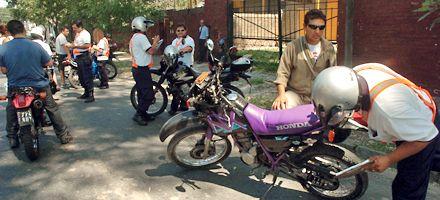 Cincuenta motos fueron a parar al corralón el primer día de controles