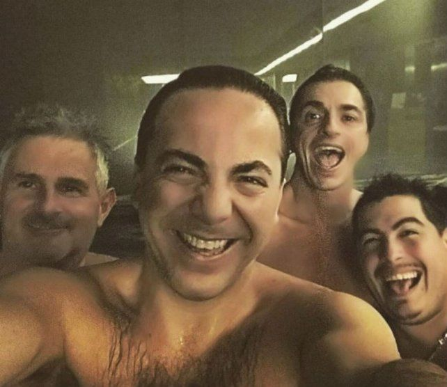 Cristian Castro con amigos. es una de las últimas fotos que el cantante publicó en Instagram.