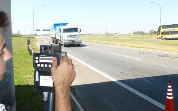 Control. Los dispositivos controlan los excesos de velocidad en rutas nacionales y provinciales de Santa Fe.