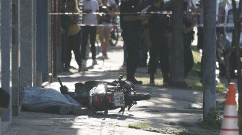 El cadáver no identificado del joven asaltante quedó tendido sobre la vereda.