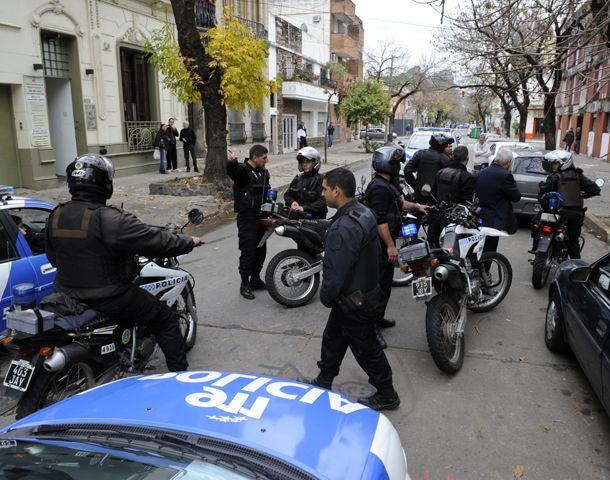 Los agentes policiales detuvieron a los ladrones cuanto intentaban escapar de la casa de Cochabamba al 800. (Foto: S. Toriggino)