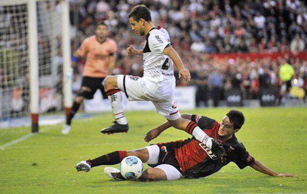 Búsqueda infructuosa. Castillo va al piso y corta el intento ofensivo de Tonso. (foto: Francisco Guillén)