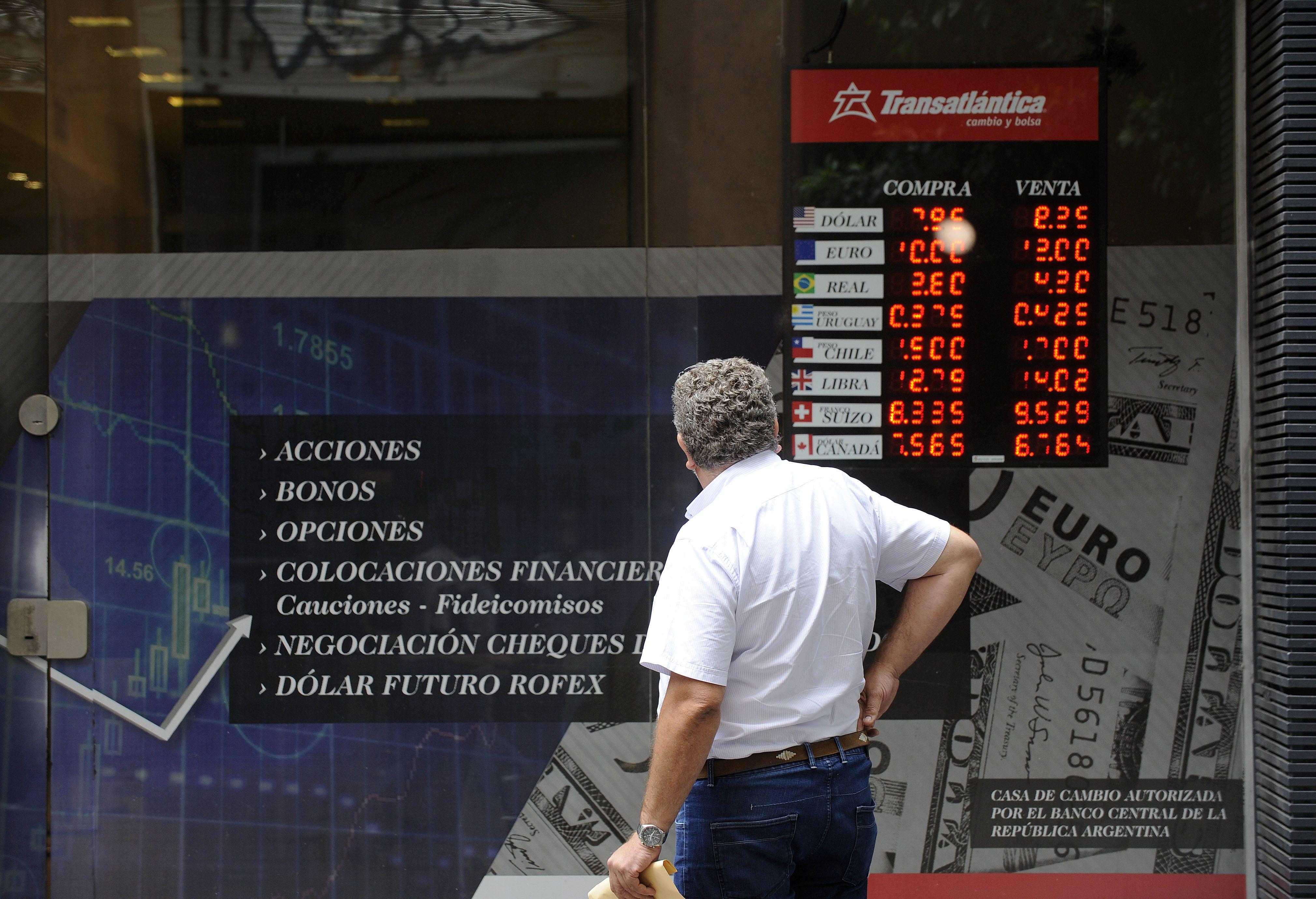 Movido. El mercado reaccionó con una fuerte dolarización de carteras ante variables poco esperadas.