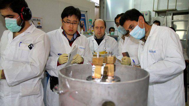 Inspección. Técnicos de la OIEA bloquean centrifugadoras de uranio en la central de Natanz en 2014.