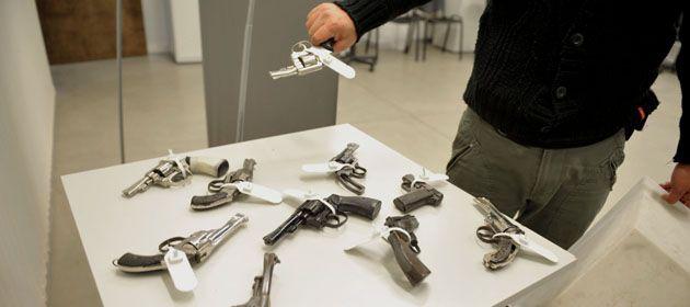 Las personas entregan su arma y de acuerdo al calibre le dan entre 200 y 600 pesos.