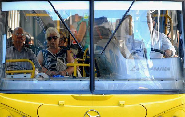 En colectivo. Señalan que es la provincia la que discrimina al transporte por su ausencia de aportes.