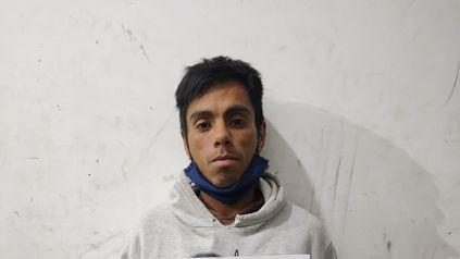 Un hombre se escapó de la Jefatura de policía de Rosario después de bajarse del móvil. Estaba esposado.