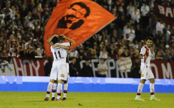 Gol dedicado. Maxi Rodríguez marcó el 4-2 y corrió a abrazarse con Heinze. (Foto: G. de los Ríos)