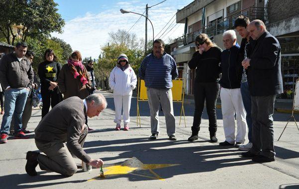 Autoridades y familiares de victimas de accidentes pintaron una estrella.
